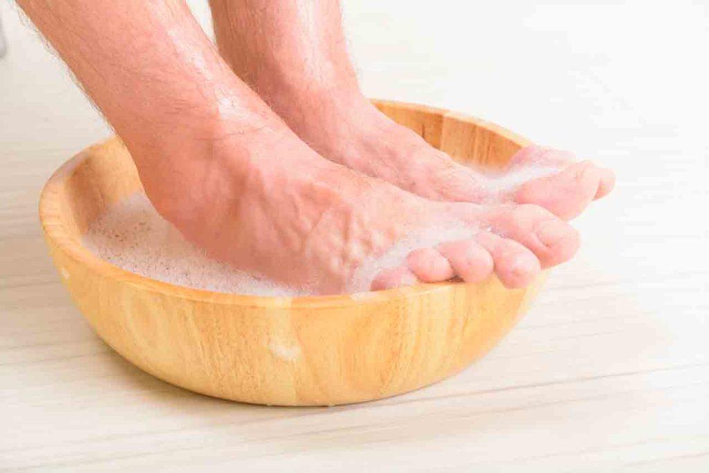 stopy w misce
